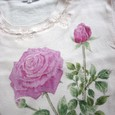 ピンクなバラの花の絵のTシャツ