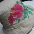 ハイビスカスの花の絵のグレーの帽子