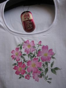 一重のバラの花の絵のシャツ