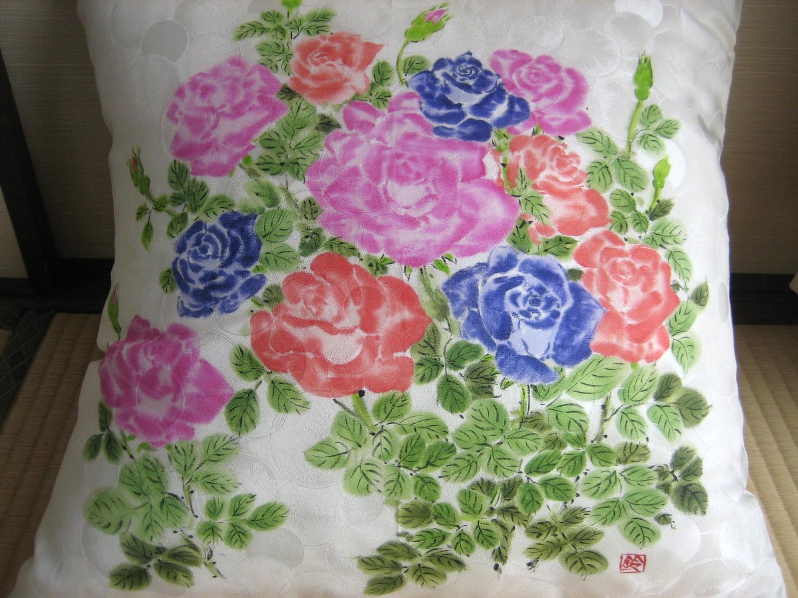 色とりどりのバラの花のクッション