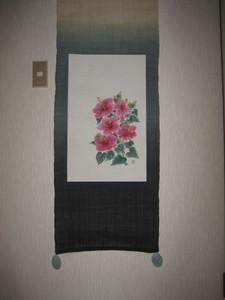 ハイビスカスの花の絵のタペストリー (白紬地 絹100%に描く)