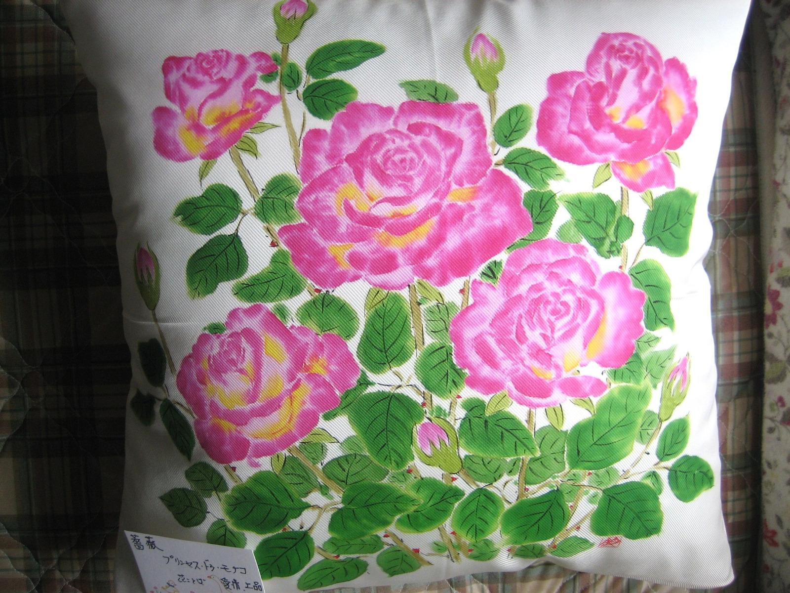 ピンクにクリーム色の薔薇の花クッション・プリンセス ドゥ モナコ