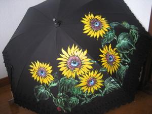ひまわりの花の雨晴れ兼用黒のパラソル