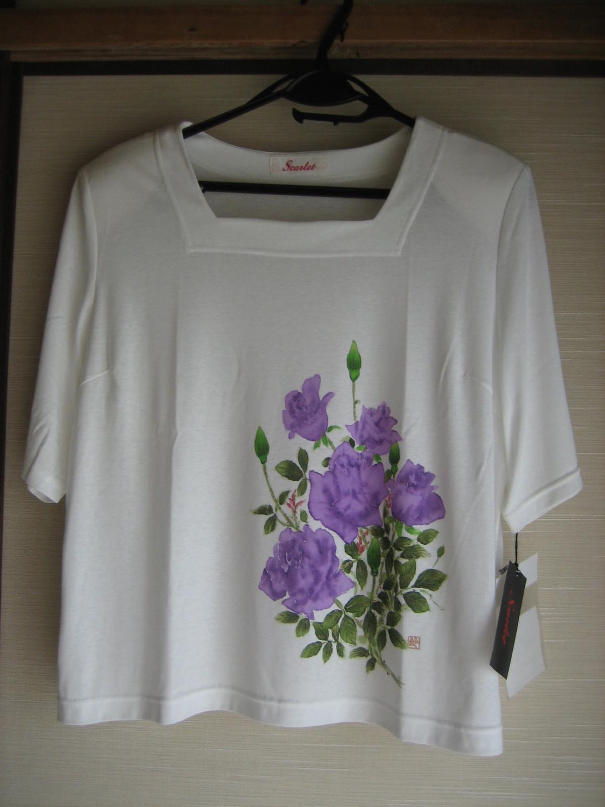 紫の薔薇の花のTシャツ (綿 100%)