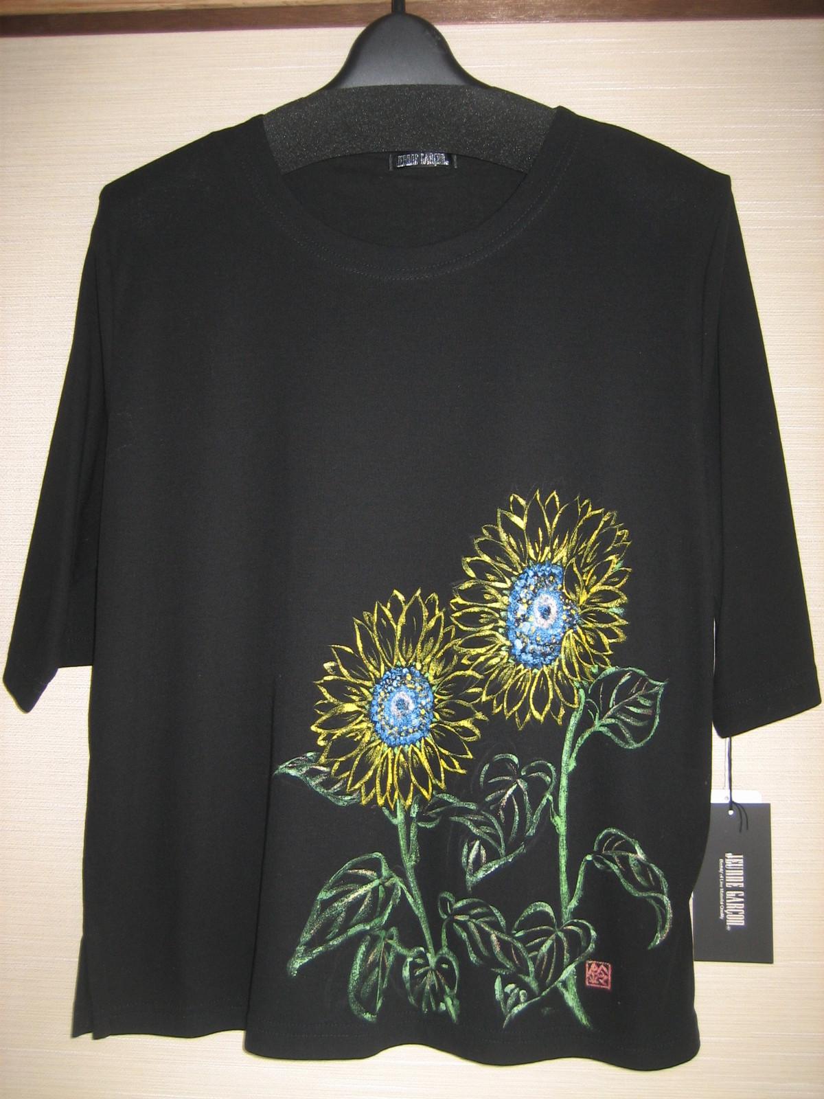向日葵の花の黒のTシャツ